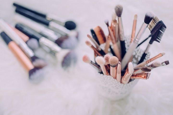 Cómo limpiar tus brochas de maquillaje y suimportancia
